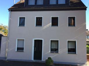 Armierungsputz, Fensterfaschen-Strukturputz und ein Egalisationsanstrich - Bauvorhaben Frechen